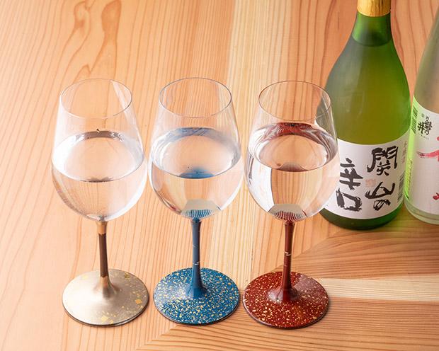 漆を焼きつけた、秀衡塗のワイングラスで日本酒を。