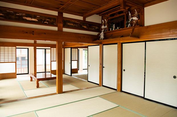 和室には、代々大切に祀られてきた立派な神棚が。