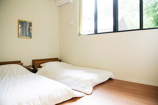 ベッドが置かれた洋間。こちらの部屋のみ施錠可能。