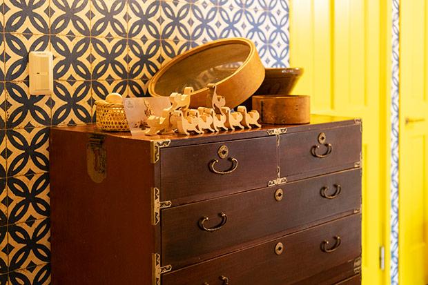 古いタンスの上には、古民家に保管されていた農道具がオブジェとして飾られている。