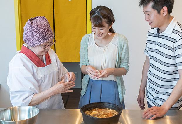 地域の人と交流する、郷土料理体験。