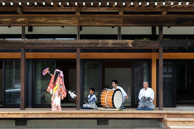 平泉倶楽部の縁側で舞われる南部神楽。オプションのメニューだが、神楽舞をひとりじめできるという贅沢。