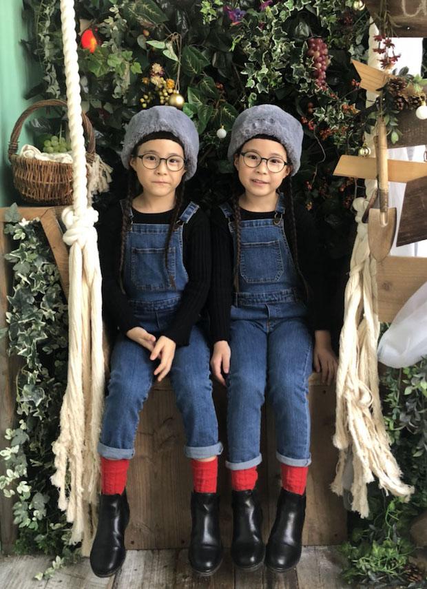 双子のキッズモデル「りんか&あんな」。3歳の頃から遠視と乱視の矯正用メガネを着用。今では二人のトレードマークに。9日に出演予定。