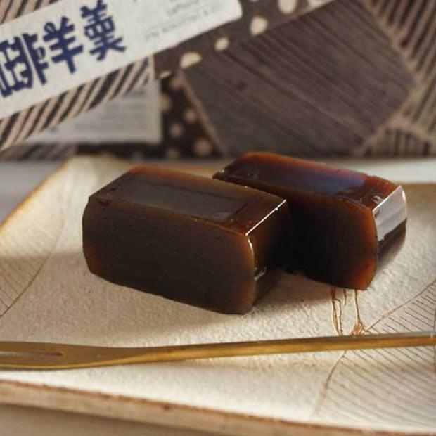 〈珈琲羊羹〉1,350円。餡子ときび砂糖に香ばしいコーヒーがマッチ。