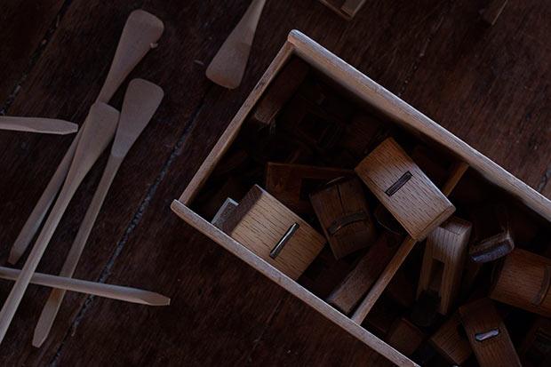 朴木地とは、ノミやカンナを用いて、原木からくり抜いてつくられるもののこと。猫脚、仏具、匙などがあります。Photo:Kohei Kirimoto