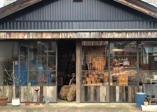 昔は「塗りの越前」といわれるほど漆器で栄えた鯖江ですが、現在現在このまちの漆器産業を支えるのは、樹脂製の器にウレタン塗装を施した業務用の器なのだそう。