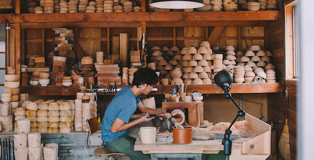 〈ろくろ舎〉の酒井義夫さん。伝統的な丸物木地師としての技術を継承しながら「持続可能」をテーマにさまざまな活動を行っています。Photo:Rui Izuchi