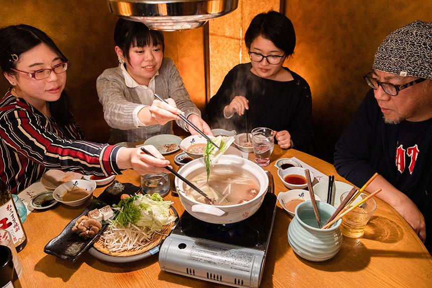 落ち込んだ時ではなく、 楽しいときに飲む。 熊本〈こもれび家〉で飲む紅芋焼酎と 馬肉しゃぶしゃぶ