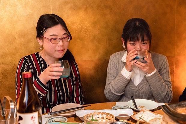 女性でも飲みやすい甘い香りの芋焼酎をチョイス。氷+少し水を加えることで軽やかに、華やかに。会話もすすみます。
