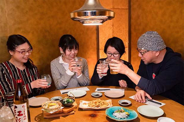 年代が違う、職場が一緒、でも楽しく集える仲間でもあります。全員地元熊本市出身のみなさん。右から社長の河北信彦さん、社員の上妻莉子さん、バイトスタッフの前田優佳さん、村上亜由美さん。「明日もがんばろう! あらためてカンパーイ!」