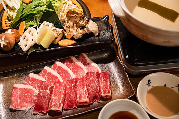 鮮やかな赤身と白い脂。新鮮だからこその逸品。馬しゃぶ鍋(コース料理「肥後懐石/馬しゃぶコース」で提供)。