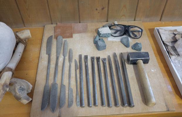大理石も道具も安田さんがイタリアから持ってきたもの。ノミや金ヤスリは、さまざまな形のものが用意されていた。
