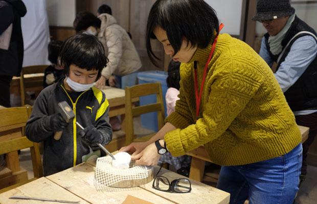 美術館スタッフの土谷あすかさん(右)。彫刻の見方を広げるような話を子どもたちにしてくれた