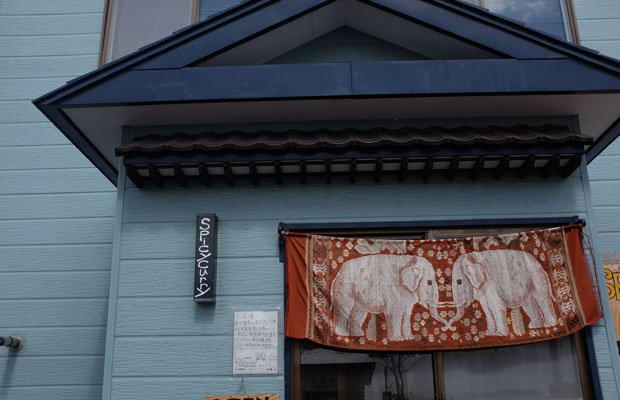 ゾウの絵ののれんが目印。居酒屋だった店舗を改装してオープン。