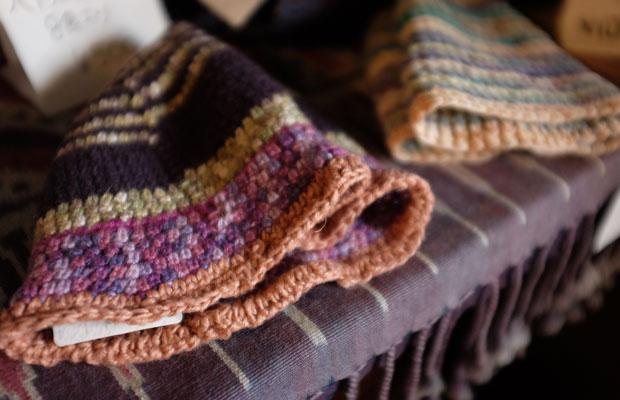 ずっと編み続けているという帽子もお店に並べている。山岸さんならではの色合いがある。