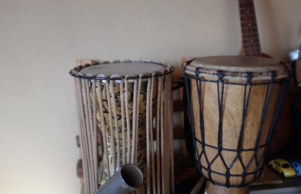 山岸さんの家にはさまざまな楽器が置かれていた。最近、子どもたちはアフリカ太鼓に熱中している。
