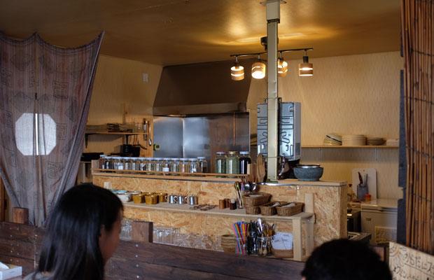 内装もキッチンに取りつけられた棚も山岸さんの手による。