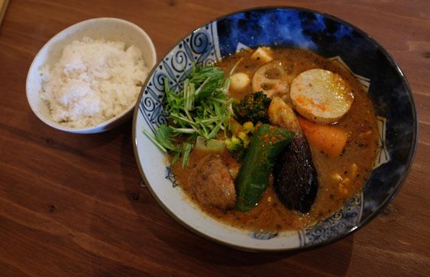 季節の野菜がたっぷりのったスープカレー。スープはコクがあるのにスッキリしている。