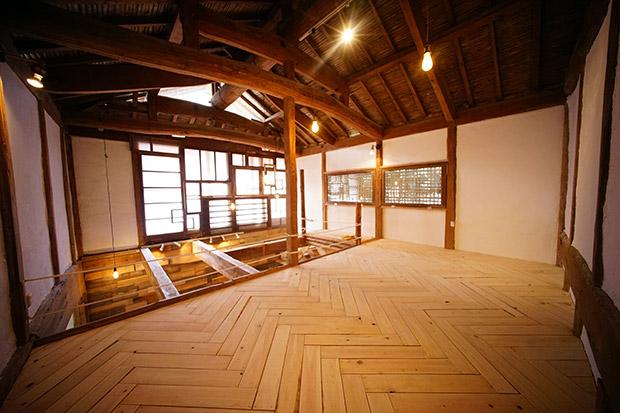 納屋の2階部分は、ヘリンボーン柄で床を貼りました。