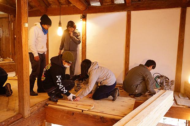 我が家では、DIY初心者の学生さんたちとカットから一緒にやりました。