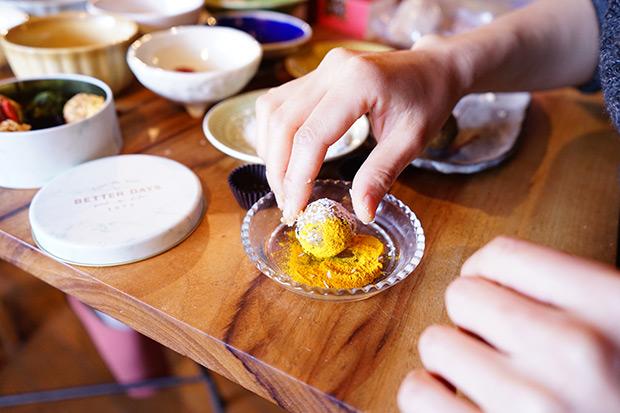 味噌玉にパウダーをまぶして、彩り美しく。