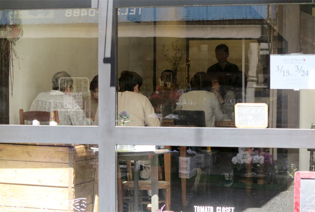 全面窓から見た〈Table TOMATO〉の店内