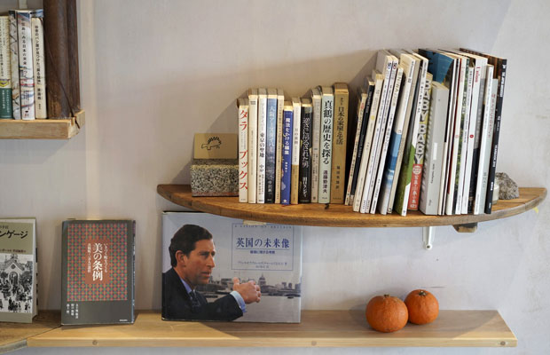 壁に設置されたライブラリーコーナーには、真鶴にまつわる書籍も並ぶ。