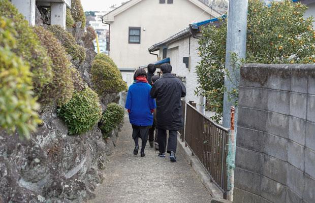 真鶴出版2号店沿いの背戸道を歩く。