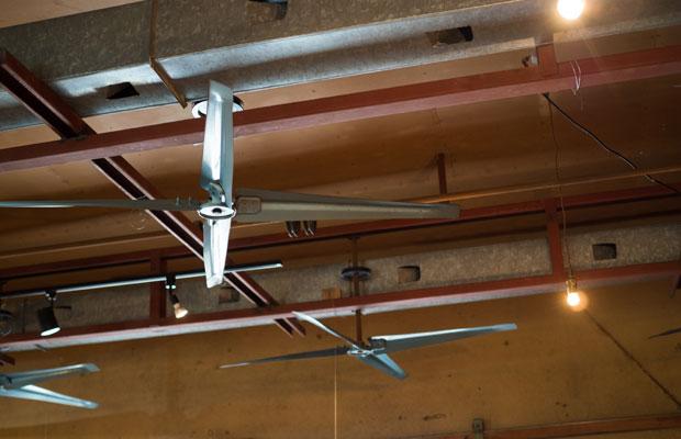 天井に残されている素麺工場のファン。