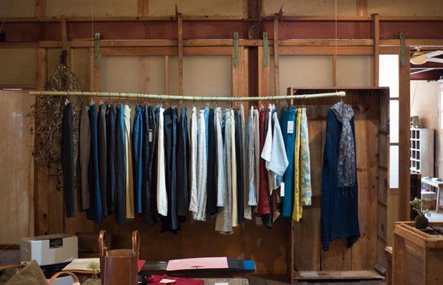 竹を使って服をディスプレイ。
