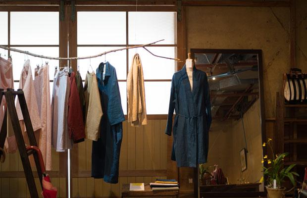 尾道市向島で服をつくっている井出雄二さんとうすけはれのオリジナルの衣服。