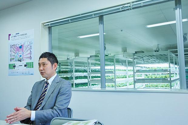社長の野澤永光さん。植物工場に囲まれた事務所にて。