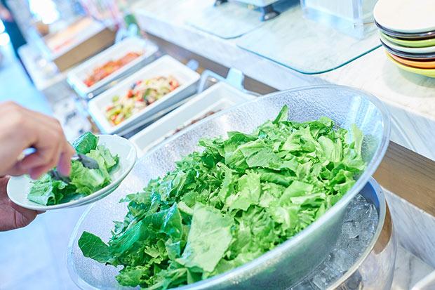 本社工場の最寄り駅であるつくばエクスプレス「柏の葉キャンパス」駅前にある〈コメ・スタ三井ガーデンホテル柏の葉〉のランチでは、MIRAIの野菜がいただける。