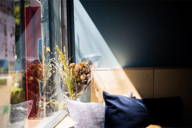窓際に飾られたドライフラワー