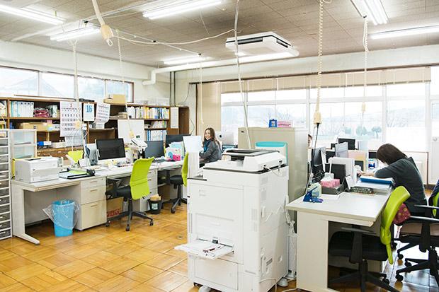 旧職員室を利用した格之進の事務所。
