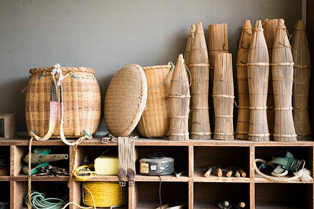 実際に千葉さんが子どもの頃に使っていたという道具たち。ドジョウをとる筌(うけ)や、山菜籠などがずらり。