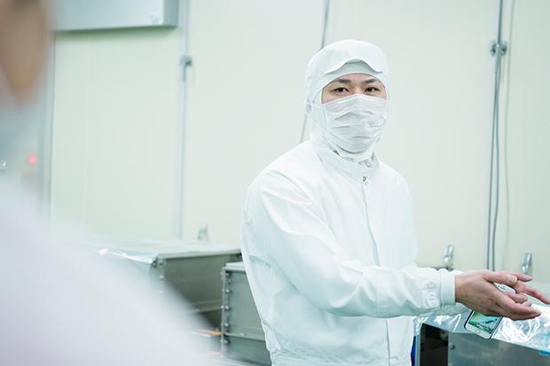 隠すものなどないと、工場の隅々まで丁寧に説明する松橋さん。