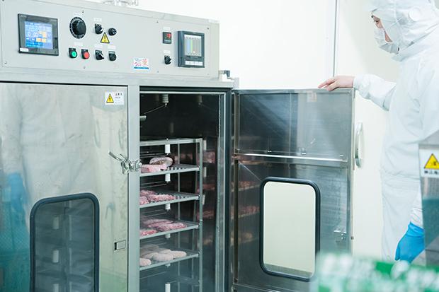 肉やハンバーグにさらなる付加価値をつけるべく開発された燻製機。