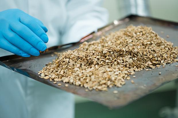 燻製に使うナラ、ブナ、クルミのチップも岩手産。