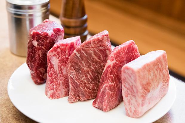 燻製した塊肉。左からランプ、トモサンカク、ミスジ、シンシン、ショートプレート。