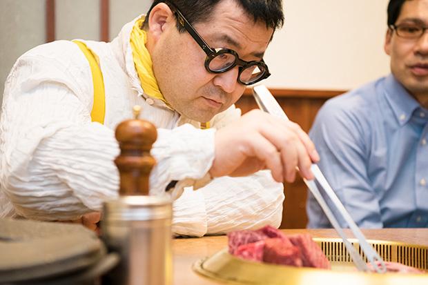 千葉さん自ら焼き上げ。話しかけるのがはばかられるほど、真剣に肉に向き合う。