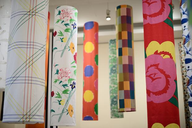愛媛県美術館での展示の様子。本展は愛媛県美術館での〈石本藤雄展 -マリメッコの花から陶の実へ-〉、及び京都・細見美術館で開催された〈石本藤雄展 マリメッコの花から陶の実へ -琳派との対話-〉に続く、第3弾として実施されます。