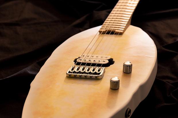 上質なアルダーボディにメイプルネックという、エレキギター王道の組み合わせ。ロック式ペグに〈Seymour Duncan(セイモア ダンカン)〉のピックアップを採用し、ボリューム、トーンポットには〈BOURNS(ボーンズ)〉製を搭載。本格的なエレキギターサウンドが楽しめます。