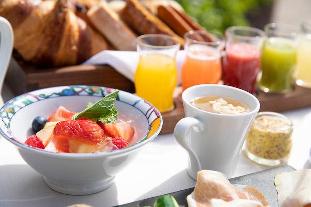 地元産の旬の食材をたっぷりと、朝食で。奥に見えるカラフルなジュースは別名「飲むサラダ」。