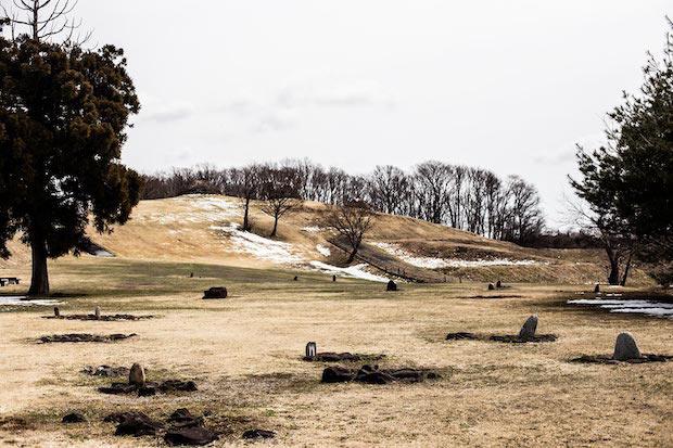▲〈樺山遺跡〉の特徴であるストーンサークルや復元された竪穴式住居を見ていると、まるでタイムスリップしたかのような気分に。