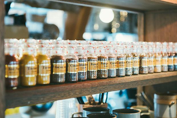 多種多様なスパイスがずらりと並ぶ〈三条スパイス研究所〉。メニュー監修は、東京・押上にあるスパイス料理店〈スパイスカフェ〉のオーナーシェフの伊藤一城さんが手がけました。