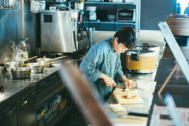 〈三条スパイス研究所〉のオープンキッチンは、仕込みの真っ最中でした。