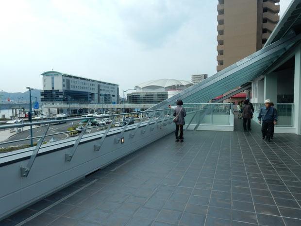 2階〈展望デッキ〉。新設デッキからは尾道水道などの景色を見晴らせる。