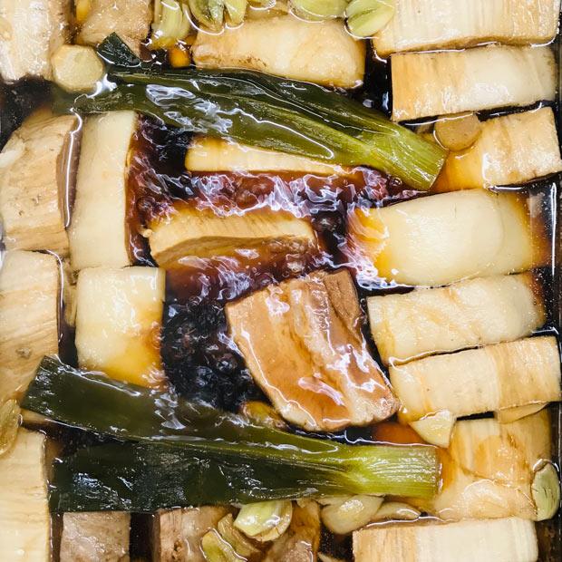 海や海鮮のイメージが強い瀬戸内に「肉」の文化もつくりたいと、カウンターのおでん鍋には常時〈豚の角煮〉がスタンバイ。