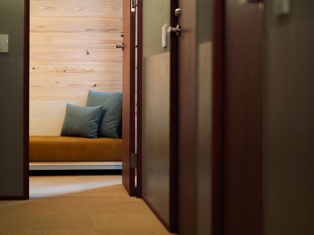 2階〈㎥ HOSTEL〉。電車が近くに感じられ、レトロな尾道の色が館内の随所に彩られる。
